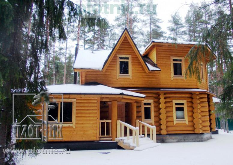 Затейливый дом с балконами, террасой и гаражом