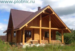 Небольшой дом — дача с камином в светлой гостиной